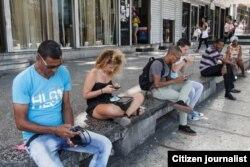 Muy cerca del Malecón: cubanos se conectan al wifi en La Rampa (Havana Times)