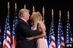 Donald Trump (i) saluda a su hija, Ivanka, antes de ofrecer su discurso.