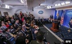 Obama responde a preguntas de los periodistas durante su última conferencia de prensa en la Casa Blanca.