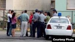 """""""En las otras dos esquinas de la calle 60 estaba estacionado un auto patrullero y varios coches de civil con una buena cantidad de agentes y policías de ambos sexos"""""""