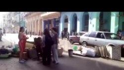 Joven protagoniza protesta en las calles de La Habana
