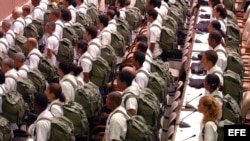 Médicos cubanos listos en formación militar para ir a misión. Foto Archivo.