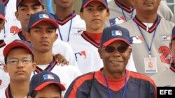 Rod Carew (d), ex beisbolista panameño siete veces campeón bate y Salón de la Fama de las Grandes Ligas.