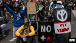 Policía militar venezolana impide que marcha opositora llegue a Cancillería.
