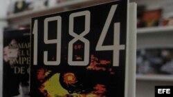 """""""1984"""" del escritor George Orwell, en uno de los stands de la 25 feria Internacional del Libro de La Habana."""