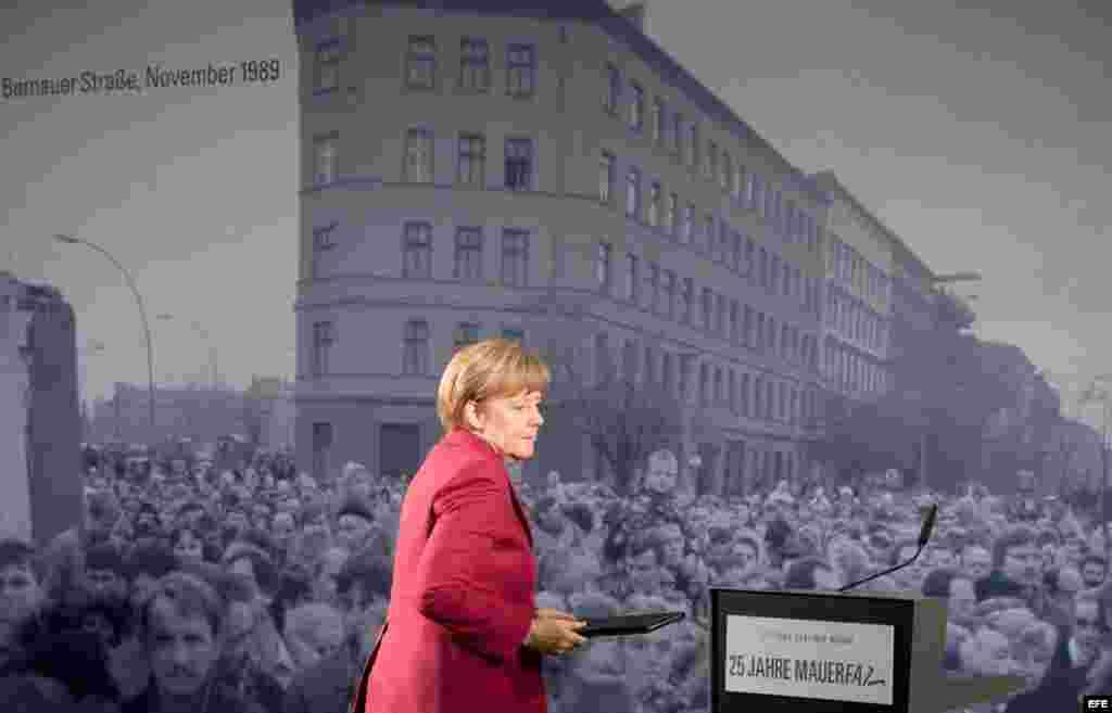Angela Merkel ante la histórica foto del paso de alemanes del este al oeste por Bernauer Strasse.