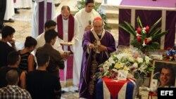 HAB04. LA HABANA (CUBA), 24/07/2012.- El arzobispo de La Habana, cardenal Jaime Ortega (c), oficia la ceremonia fúnebre del opositor cubano Oswaldo Payá hoy, martes 24 de julio de 2012, en La Habana (Cuba). Payá, quien dedicó su vida a la causa de la libe