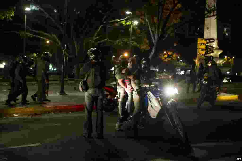 """Manifestantes son detenidos por la Guardia Nacional Bolivariana (GNB) hoy, viernes 14 de marzo de 2014, durante protestas contra el Gobierno del presidente Nicolás Maduro, en Caracas (Venezuela). Estados Unidos acusó a Venezuela de """"faltar descaradamente"""