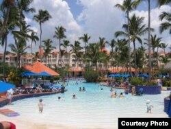 Turistas descansan en un hotel en República Dominicana.