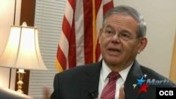El senador demócrata de New Jersey, Bob Menendez, entrevistado por el periodista de Tv Martí, Tomás Regalado Jr.