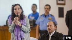 La vicepresidenta de Nicaragua, Rosario Murillo (i), habla, junto al presidente de Nicaragua, Daniel Ortega.