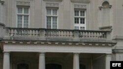 Cubanos preocupados por cierre de operaciones del consulado en EEUU