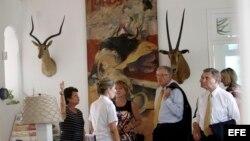 El presidente y director general de Caterpillar Inc. Doug Oberhelman (c) visita Finca Vigía.