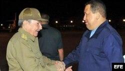 El gobernante de Cuba, Raúl Castro (i), recibe al presidente de Venezuela, Hugo Chávez, en el aeropuerto José Martí de La Habana.
