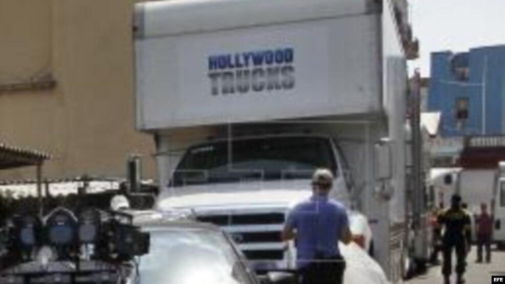 """CUBA CINE:HAB101 LA HABANA (CUBA), 22/04/2016.- Personal del filme alista equipo técnico para comenzar a filmar escenas de la película """"Fast & Furious 8"""" (Rápido y Furioso 8) hoy, viernes 22 de abril de 2016, en La Habana (Cuba). FE/Ernesto Mastrascusa"""