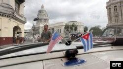 El capitolio cubano desde el interior de un auto clásico