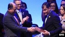 El presidente costarricense, Luis Guillermo Solís (i), y su ministro de Relaciones Exteriores, Manuel González (2-i), entregan la Presidencia pro tempore de la CELAC al mandatario ecuatoriano, Rafael Correa.
