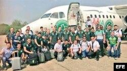 Fotografía cedida por el Club de fútbol brasileño Chapecoense del 28 de noviembre de los integrantes del equipo momentos antes de viajar a Colombia.