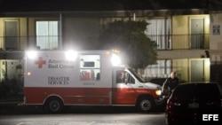 Una ambulancia de la Cruz Roja entrega sábanas y utensilios hospitalarios en el apartamento donde se encuentra Thomas Eric Duncan, un paciente de ébola. Dallas, Texas, 2 de octubre de 2014.