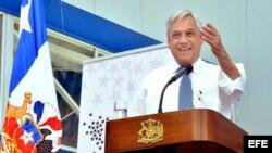 Fotografía cedida por la Presidencia que muestra al presidente de Chile, Sebastián Piñera, mientras hablaba ayer, viernes 15 de noviembre de 2013, durante su llamado a votar en las elecciones del próximo domingo en Santiago de Chile