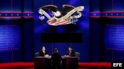 A.J. Mercincavage (i), representando al candidato republicano Mitt Romney, se sienta junto a Andrew Lippi (c), en el rol de moderador, y a Eric Gooden (d), representando al candidato demócrata Barack Obama, participaron el domingo 21 de octubre de 2012, e