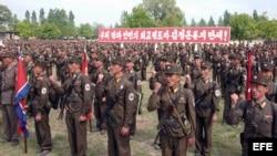 Soldados de Corea del Norte reunidos en uno de los sitios de batalla de la Guerra de Corea (1950-53) en un sitio sin determinar en Corea del Norte. (Archivo, 2013).