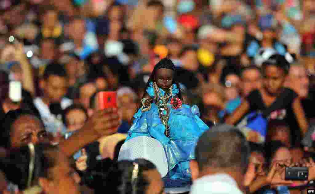 Cientos de personas participan en la procesión con la Virgen de Regla, en Cuba.