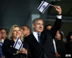 El primer ministro israelí, Benjamin Netanyahu (d), y su esposa Sara Netanyahu (i) en la ceremonia de inauguración de los Juegos Maccabiah en Ramat Gan (Israel).