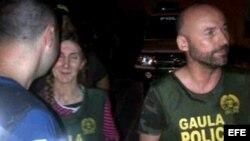 Los españoles María Concepción Marlaska Sedano y Ángel Fernández Sánchez (d), tomada por los agentes que los liberaron.