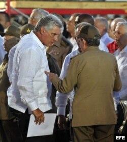 Raúl Castro conversa con Diaz-Canel durante una ceremonia oficial, en julio de 2015.