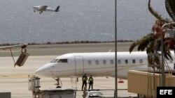 Agentes custodian el jet privado que aterrizó con la droga en la isla de Gran Canaria, procedente de Venezuela.