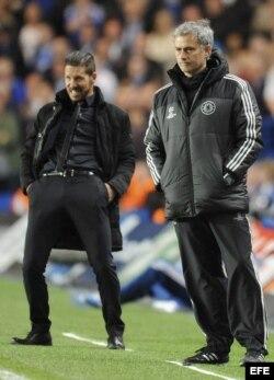 El entrenador de Chelsea, José Mourinho, y el del Atlético, Diego Simeone