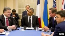 El premier británico David Cameron (2d), junto al presidente Barack Obama (2i); y el presidente ucraniano, Petro Poroshenko (i), en la cumbre de la OTAN, en Newport (Gales, Reino Unido).