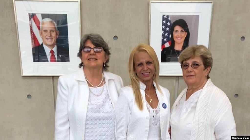 (De izq. a der.) Las Damas de Blanco Dolia Leal, Loudes Esquivel y Blanca Reyes, en la sede de EEUU en ONU.