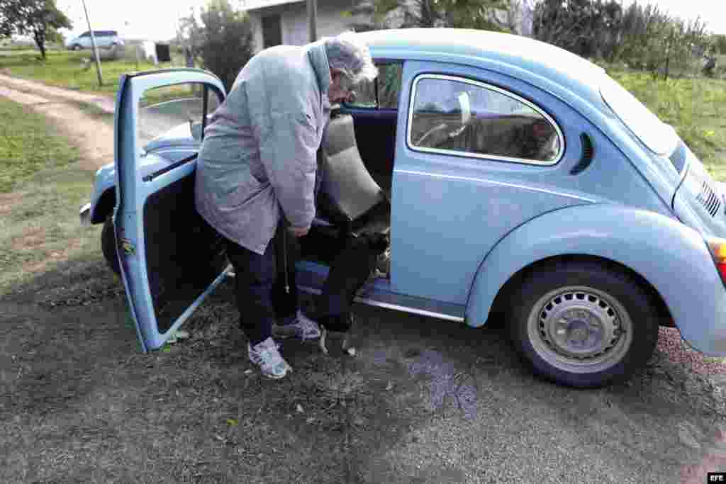 Mujica y su perro junto al VW Escarabajo de 1987.