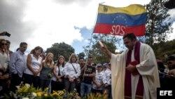 Parientes y simpatizantes despiden a Óscar Pérez con una misa en el Cementerio del Este de Caracas, donde fue enterrado.