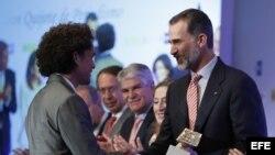 """El Rey Felipe VI entrega el Premio de Fotografía al cubano Yander Zamora, por la fotografía titulada """"Llegada del Air Force One""""."""