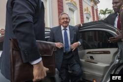Raúl Castro llega a la sede de la cumbre del ALBA en Caracas, Venezuela.