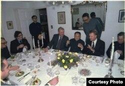 Brzezinski en cena con Deng Xiaoping.