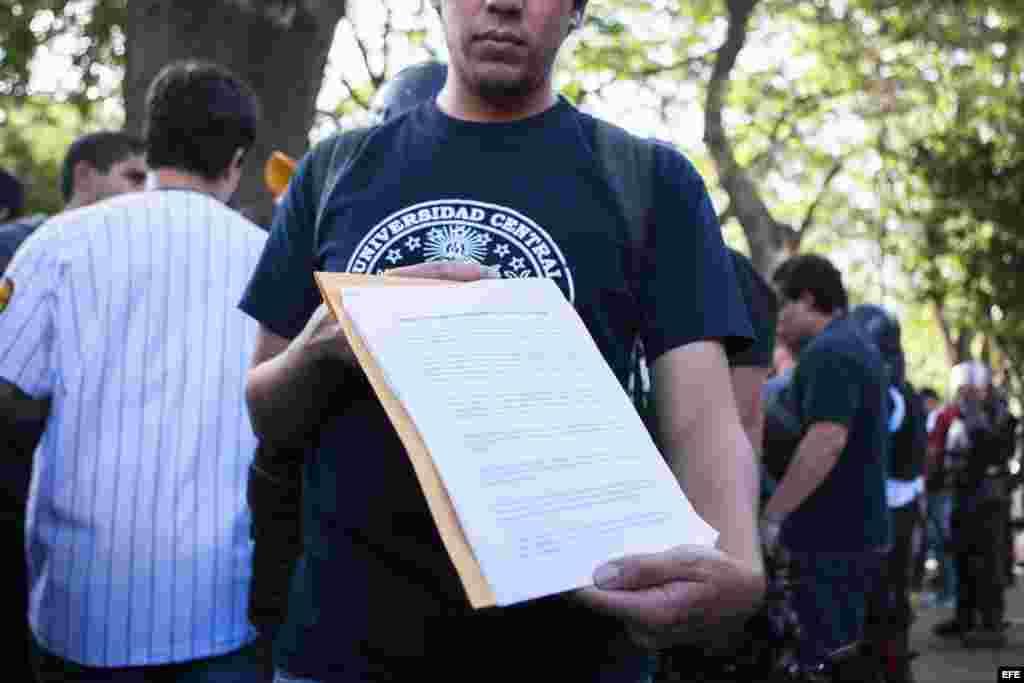 Un estudiante muestra el documento que le fue entregado al embajador de la OEA en Caracas.