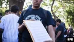 Estudiantes venezolanos entregan carta a la OEA.