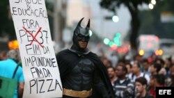 Manifestantes protestaron el 24 de junio de 2013, en la calle céntrica Rio Branco en Río de Janeiro (Brasil).