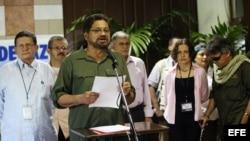 HAB02. LA HABANA (CUBA), 11/06/13.- El número dos de las Fuerzas Armadas Revolucionarias de Colombia (FARC) y jefe de su delegación de paz, Iván Márquez (c), ofrece una declaración ante los medios hoy, martes 11 de junio de 2013, en el Palacio de Convenci