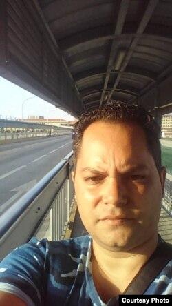 Darill Dari se tomó una selfie antes de entregarse a los guardias de frontera.