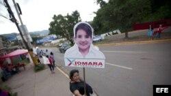 Una simpatizante de la candidata presidencial por Partido Libertad y Refundación (LIBRE), Xiomara Castro.
