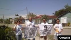 Joan David Milanés (con una muleta) junto a opositores en Santa Cruz del Sur