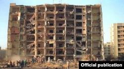 Una de las Torres Khobar después de la explosión de un camión-bomba.