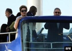 Raúl Castro y la presidenta de Brasil, Dilma Rousseff, suben a un autobús panorámico el 27 de enero de 2014, durante la inauguración de la primera etapa del puerto del Mariel.