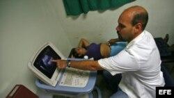 """Venezuela - Un médico cubano atiende a una paciente en el Centro Integral de Diagnóstico del programa sanitario """"Barrio Adentro""""."""