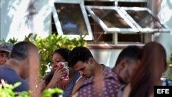 Familiares y allegados de las víctimas del accidente aéreo que cobró la vida a 108 de los 111 ocupantes del avión accidentado en Cuba.